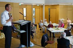 OB Thilo Rentschler (li.) begrüßte beim Seniorennachmittag der Evangelischen Kirchengemeinde nach sechs Monaten Pause die Gäste.