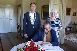 Alberto Acosta Espinosa trägt sich im Beisein von Oberbürgermeister Thilo Renschler und Herma Gais von Attac Aalen in das Goldene Buch der Stadt Aalen ein.