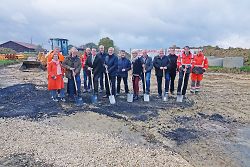 Erste Bürgermeister Wolfgang Steidle gab gemeinsam mit Ortsvorsteher Jürgen Opferkuch sowie Vertreterinnen und Vertreter des Fachsenfelder Ortschaftsrates, der Baufirmen und Mitarbeitern des Tiefbauamtes Aalen den Startschuss für das neue Baugebiet.