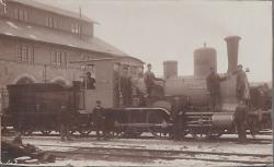 """Die Dampflokomotive """"Wetzlar"""" der königlich württembergischen Staatseisenbahn nach dem Umbau in der Reparaturwerkstätte Aalen, 1896."""