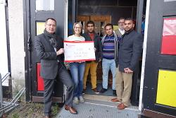 Oberbürgermeister Thilo Rentschler überreicht Jule Hofmann einen Scheck über 1.200 Euro.