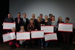 Oberbürgermeister Thilo Rentschler und die Vertreter der Initiativen bei der Scheckübergabe im Kino am Kocher.
