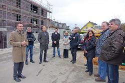 OB Thilo Rentschler (l.), Architekt Peter Kayser (2.v.l.), Geschäftsführer Robert Ihl der Wohnungsbau Aalen (3.v.l.), Unterkochens Ortsvorsteherin Heidi Matzik (5.v.l) und Stadtrat Hermann Schludi (6.v.l.).