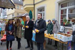 Oberbürgermeister Thilo Rentschler unterstützte den Orangenverkauf zugunsten von Straßenkinder in Athiopien.