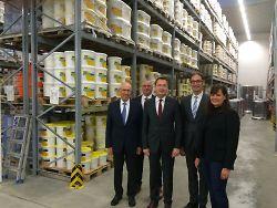 Oberbürgermeister Thilo Rentschler (Mitte) ist nach der Besichtigung des Jedele-Hauptsitzes sichtlich begeistert. Otto Jedele, Norbert Landgraf (Produktverantwortlicher Farbe), Hannes Jedele und Barbara Bopp (v.l.) zeigten dem Stadtoberhaupt die Firma.