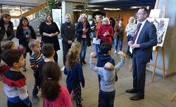 OB Thilo Rentschler sprach mit den Kindergartenkindern aus dem Stadtteil Heide über ihre Kunstwerke. Diese sind noch bis zum 11. Dezember im Rathaus-Foyer zu sehen.
