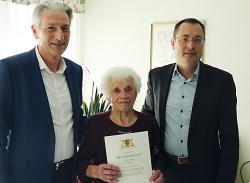 OB Thilo Rentschler und Dr. Wolfgang Palm gratulierten Maria Hausner zum 100. Geburtstag.