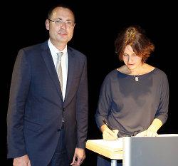Die Literaturpreisträgerin Katja Petrowskaja hat sich ins goldene Buch der Stadt Aalen eingetragen.