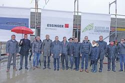 Oberbürgermeister Thilo Rentschler, Erster Bürgermeister Wolfgang Steidle mit Bauherren, Handwerkern und zukünftigen Mietern.