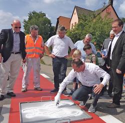 Oberbürgermeister Thilo Rentschler sprühte mit dem Verkehrsminister das Piktogramm auf die Radwegefurt