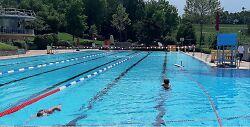 Auf diesem Bild ist das Schwimmerbecken des Spieselbades in Wasseralfingen zu sehen.