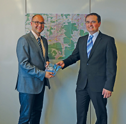 Erster Bürgermeister Wolfgang Steidle und Stefan Overmann, Leiter des Stadtmessungsamtes präsentieren den neuen Stadtplan.