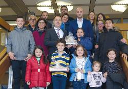 Oberbürgermeister Thilo Rentscher mit Vorständen und Lehrkräften sowie den Kindern des türkischen Bildungsvereins.