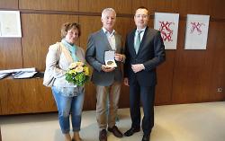 Begleitet von Ehefrau Gabriele (l.) erhielt Michael Thorwart von OB Thilo Rentschler die Ehrenplakette der Stadt Aalen in Bronze
