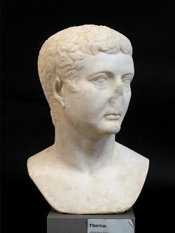 Auf diesem Bild ist die Büste von Kaiser Tiberius im Limesmuseum Aalen zu sehen.