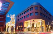 Beleuchteter Hirsch und Einkaufscenter Mercatura