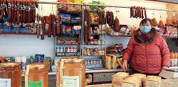 Auf diesem Bild ist Frau Kuk-Ban aus Bad Waldsee mit ihren ungarischen Spezialitäten auf dem Wasseralfinger Wochenmarkt zu sehen.