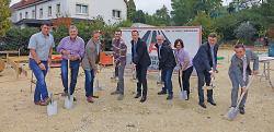 v.l.n.r. T. Klobeck, K.-H. Pappe und F. Brunner (Fa. APPIA), A. Högg, OB Thilo Renschler, H. Högg, A. Högg, R. Baumbusch und M. Rettenmaier (VR-Bank Aalen).