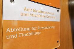 Auf diesem Bild ist ein Türschild der Abteilung für Zuwanderung und Flüchtlinge zu sehen im Rathaus Aalen zu sehen.
