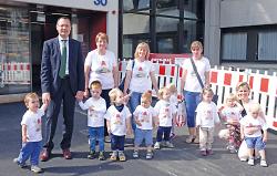 Lennox, Max, Achim, Lisa, Jana, Elias, Nils, Fellix, Noah und Anna mit ihren Erzieherinnen und dem Oberbürgermeister vor dem Rathaus.