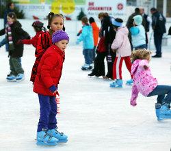 Kinder auf dem Eispark Aalen