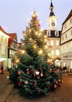 Weihnachtsbaum in der Fußgängerzone von Aalen