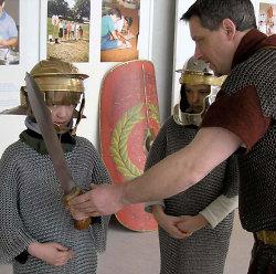 Beim Ferienprogramm können die Kleinsten in Römerrüstungen schlüpfen