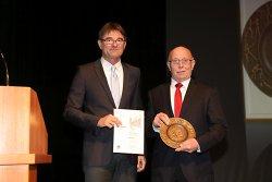 Die Ehrenschale verlieh Ulrich Rossaro, Vorsitzender der sporttreibenden Vereine Aalen im Rahmen der Veranstaltung an Hans Noder vom SSV Aalen