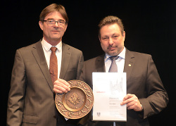 Ulrich Rossaro und Armin Maier mit der Ehrenschale