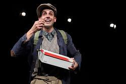 """Auf diesem Bild ist der Protagonist des Kinderstücks """"Die große Erzählung"""" vom Theater der Stadt Aalen zu sehen."""
