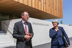 OB Thilo Rentschler und EBM Heim-Wenzler vor dem Innovationszentrum