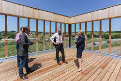 Architekt Michael Walker, OB Thilo Rentschler und EBM Heim-Wenzler auf der Dachterrasse des Innovationszentrums